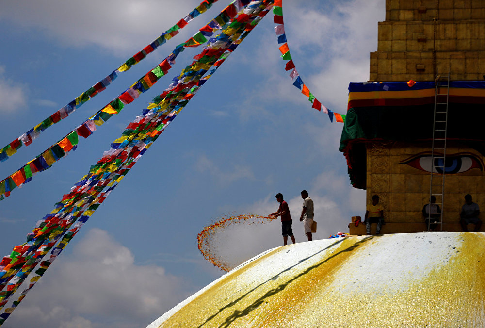 Ступа Боднатх расположена на северо-восточной окраине современного Катманду, примерно в 10 км. от центра города. Строение ступы повторяет строение вселенной в представлении буддистов. Основание ступы - земля, сферический свод по середине - вода, ступенчатая пирамида - огонь (13 его ступеней также означают 13 шагов к нирване), зонтик над пирамидой - воздух, а венчающий всю конструкцию шпиль - небеса. Глаза, нарисованные на всех сторонах ступы, символизируют всевидящее око Будды