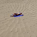 Пожалуй, самая удивительная достопримечательность Канн - набережная Круазетт, вся цветущая, в гигантских пальмах и просто усеяна роскошными бутиками и отелями. Расположенные вдоль набережной пляжи скорее подходят для неспешных прогулок, нежели для купания, и являются платными