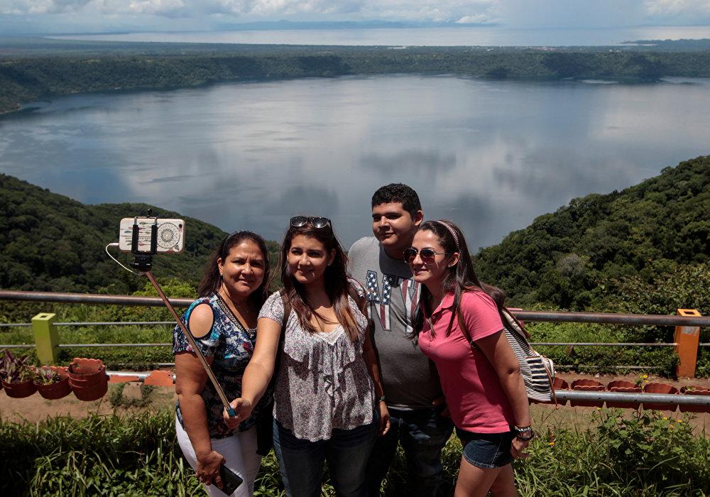 Лагуна Апойо - это озеро в кратере потухшего вулкана в Никарагуа. В отличие от многих похожих озер, вода в Апойо пригодна для жизни. Её можно пить, в ней можно купаться. В озере много рыбы, но хозяйственная деятельность в озере и округе запрещена