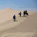 На границе Северной Америки и Мексики находится большая пустыня Чиуауа. Эта большая равнина, покрытая горными грядами, находится на возвышенности, поэтому климат в ней более мягкий и не такой засушливый. Эти места известны как «Земля без людей», потому что на много километров в округе нет ни одного города или поселения. На фото - туристы собираются заняться сендбордингом (катание на доске с крутых песчаных дюн)