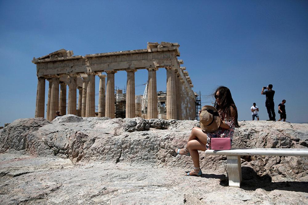 Афинский акрополь - главная достопримечательность греческой столицы. Как и положено охраняющей город крепости, он пережил массу испытаний. И богатая история этого места сегодня привлекает тысячи туристов ежедневно
