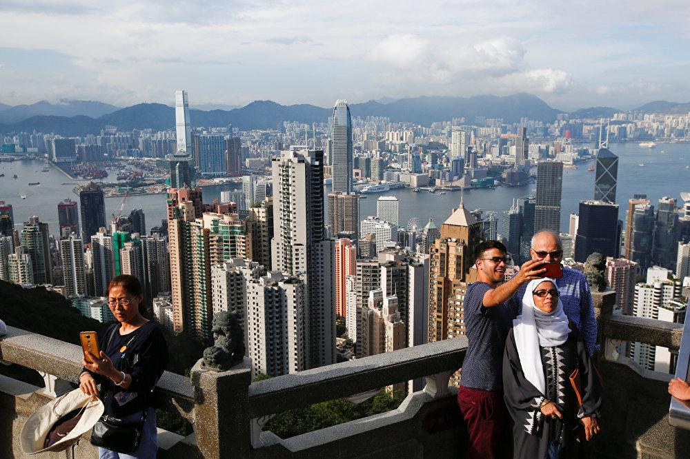Пик Виктория в Гонконге — это одна из самых завораживающих достопримечательностей его островной части. Туристы и путешественники любят приходить сюда, чтобы насладиться чарующим видом несчетного количества небоскребов, которые раскинулись на полуостровном районе Коулун