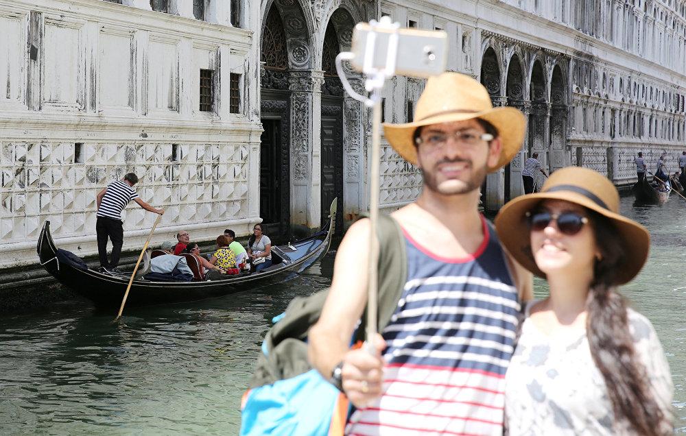 Венецианская гондола – один из главных и наиболее узнаваемых символов города. Побывать в Венеции и не покататься на гондоле – все равно как съездить в Париж и не подняться на Эйфелеву Башню
