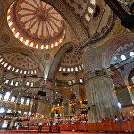 Стамбул сегодня становится все более космополитичным, тем не менее, он не теряет своего неповторимого колорита, который царит, например, на Большом базаре или на главной городской площади Султанахмет, где расположена Голубая мечеть. Эта мечеть является символом города, она пленит своей грандиозностью и изяществом, более величественной и пышно убранной мечети больше нет нигде в мире
