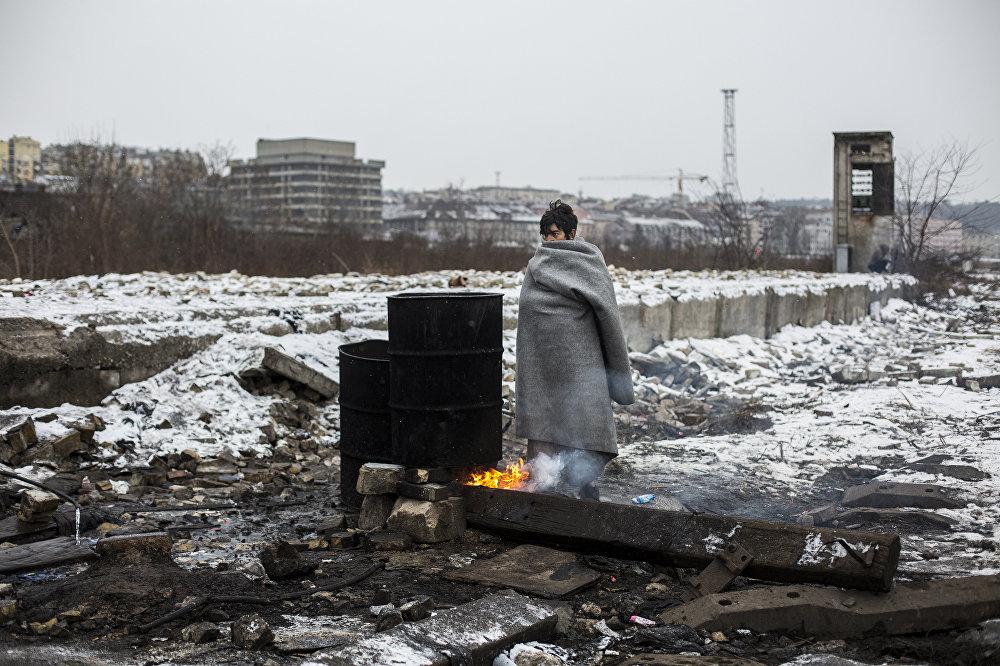 Алехандро Мартинес Велес, Испания. Беженцы в Белграде