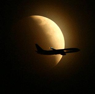 თვითმფრინავი მთვარის დაბნელების ფონზე
