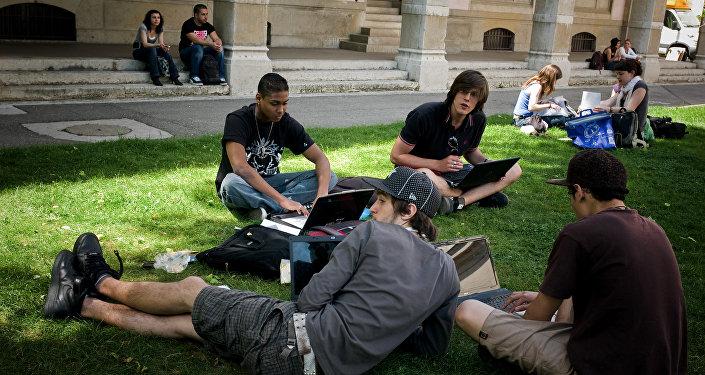 Студенты готовятся к экзаменам на территории кампуса университета в Лионе