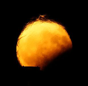 მთვარე ნახევრად დაბნელების დროს საკვამურიდან ამოსული ცხელი ჰაერის ფონად, მალტა