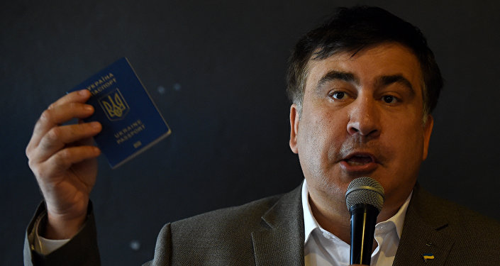 Бывший президент Грузии Михаил Саакашвили показывает украинский паспорт на встрече с украинскими гражданами в Варшаве