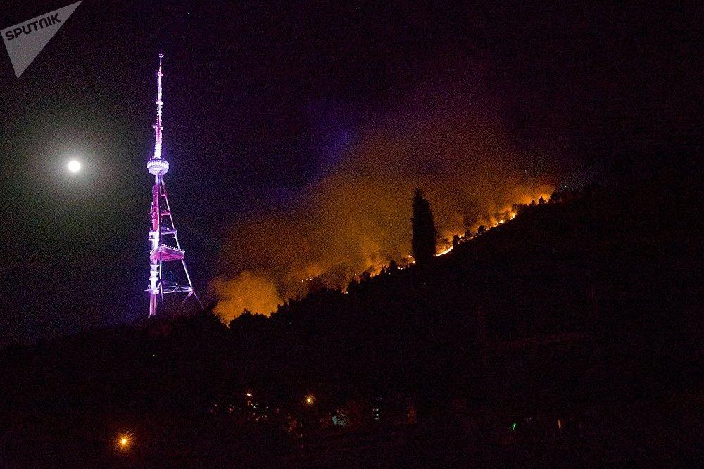 Основные очаги пожара были локализованы пожарными в течение двух часов