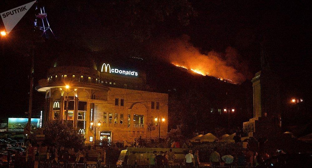 Нагоре Мтацминда вТбилиси вспыхнул интенсивный пожар