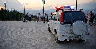 Машина сотрудников охраны парка Мтацминда на смотровой площадке у колеса обозрения