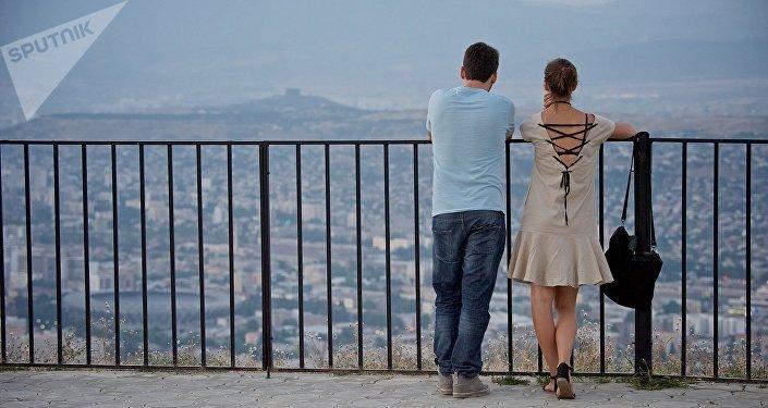 Парень с девушкой на смотровой площадке в парке Мтацминда