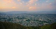 Вид на город Тбилиси на закате со смотровой площадки на горе Мтацминда