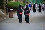 Туристы с Ближнего Востока гуляют в парке Мтацминда
