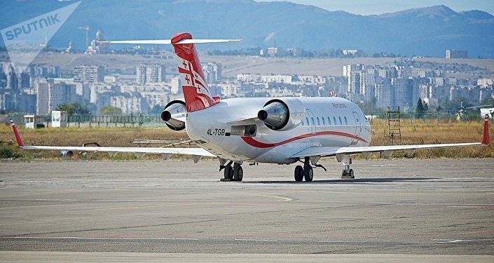 Самолет грузинских авиалиний Airzena Georgian Airways в тбилисском аэропорту