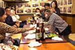 Обезьянки-официанты в японском кафе