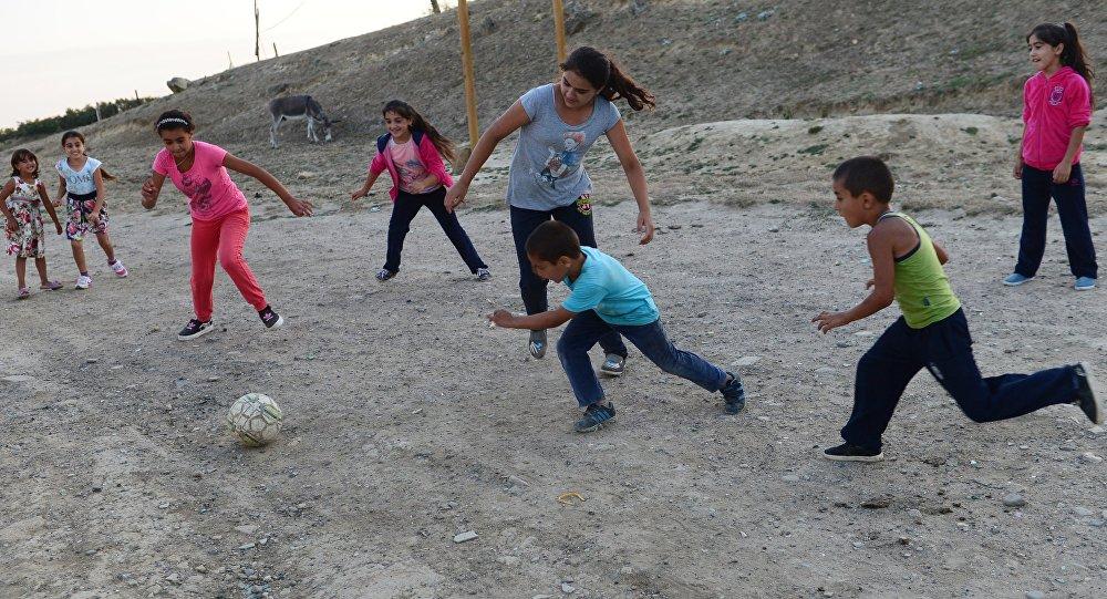 ბავშვები ფეხბურთს თამაშობენ