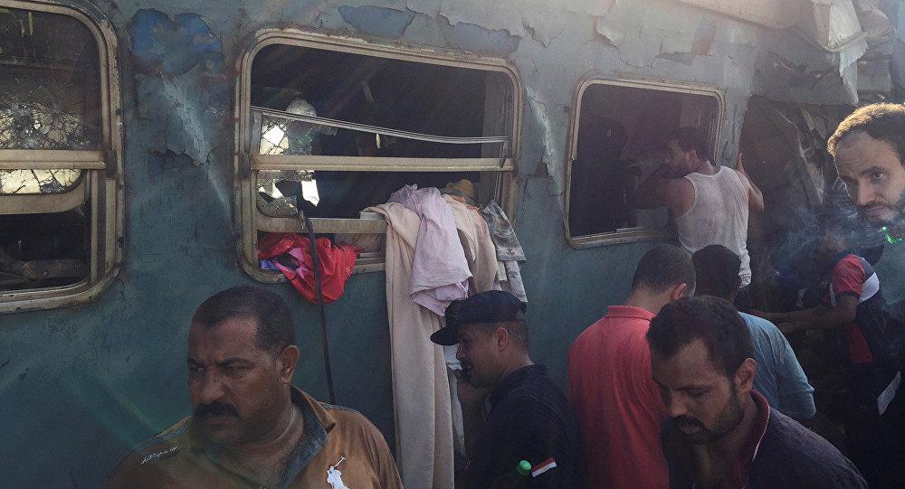 Спасатели ищут выживших на месте, где два поезда столкнулись возле станции Хоршид в прибрежном городе Египта в Александрии