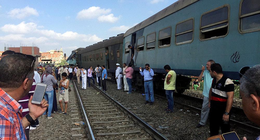 Египтяне на месте столкновения двух поездов возле станции Хоршид в прибрежном городе Египта Александрии
