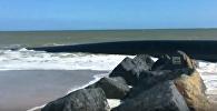 Огромные трубы выплыли на берег в Великобритании
