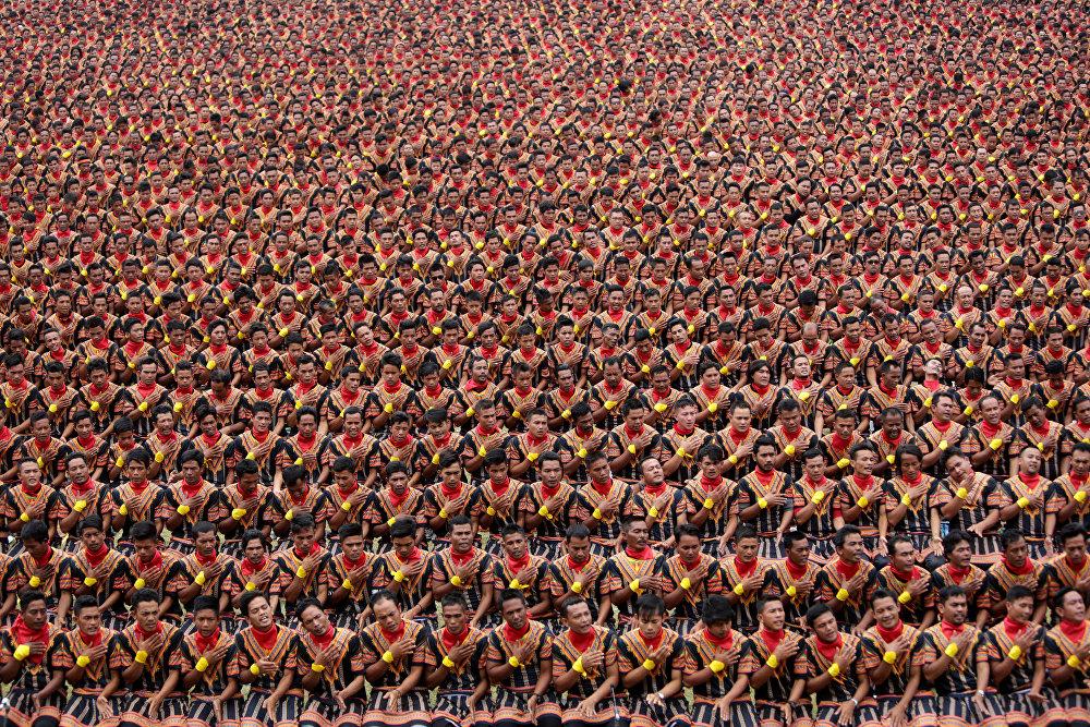 Люди репетируют традиционный танец саман, который берет свое начало от этнической группы гайо в провинции Ачех, Индонезия