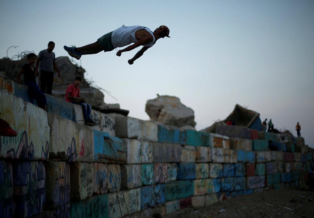 Палестинская молодежь демонстрирует свои навыки паркура в морском порту города Газа