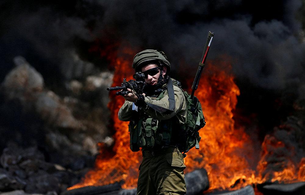 Израильский солдат во время столкновений около Наблуса