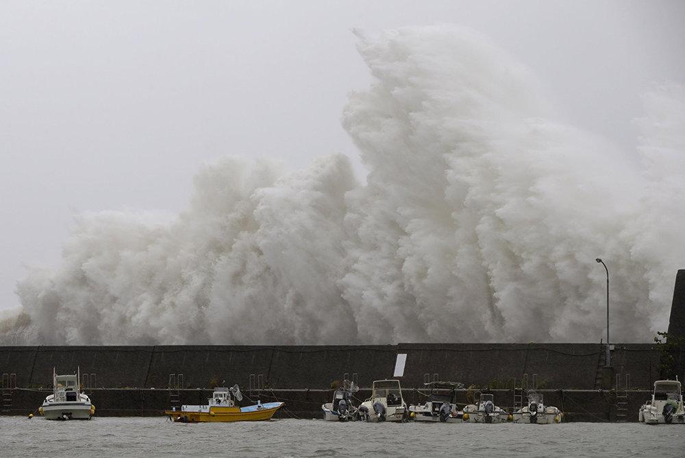 Большая волна, вызванная тайфуном Нору, разбивается на волнорезе в Аки, префектура Кочи, Япония