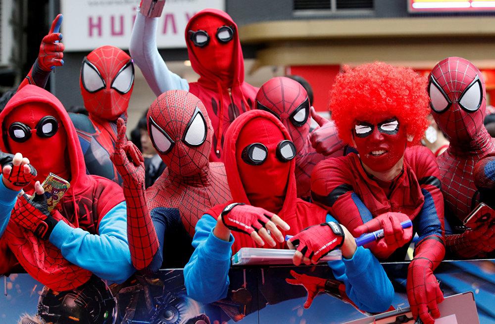 Фанаты Человека-паука ждут прибытия актера Тома Холланда и режиссера Джона Уотта во время японской премьеры фильма Человек-паук: возвращение домой в Токио