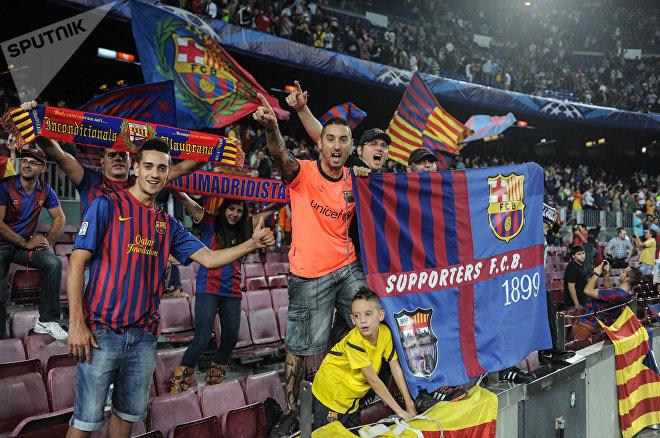 Болельщики футбольного клуба Барселона на трибуне стадиона Камп Ноу
