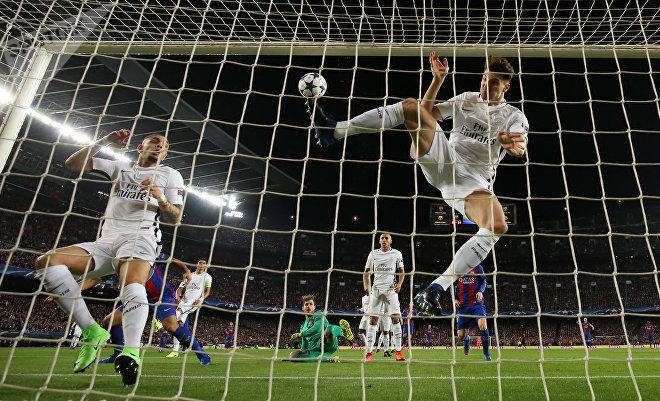 Футболист Барселоны Луис Суарес забивает свой первый гол в ворота ПСЖ. Игрок Пари Сен-Жермен Томас Менир пытается остановить мяч