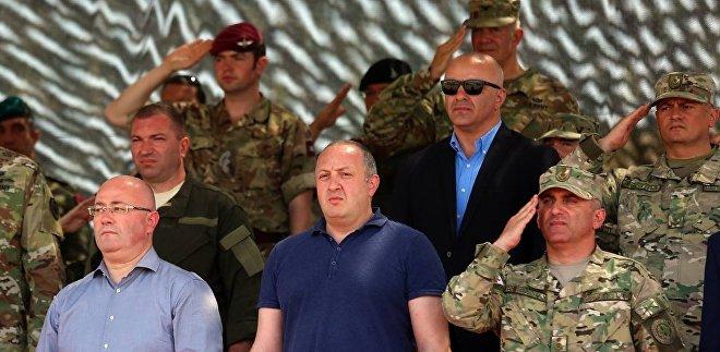 Министр обороны Грузии Леван Изория и президент Грузии Георгий Маргвелашвили