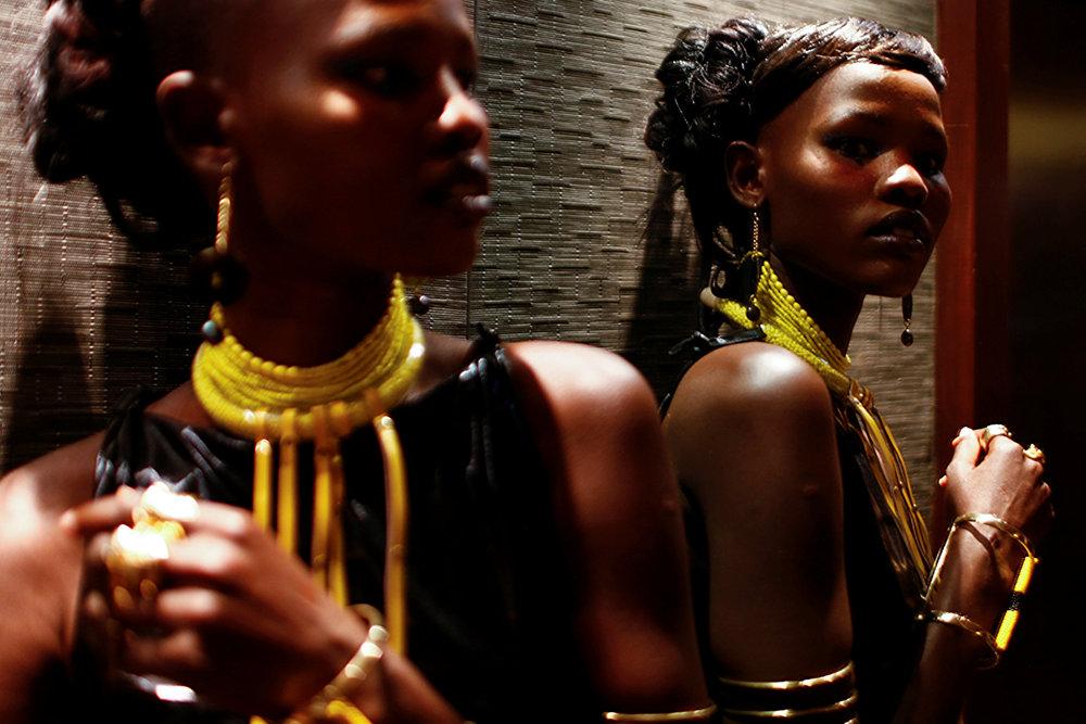 Модель у зеркала перед показом мод в Найроби, Кения