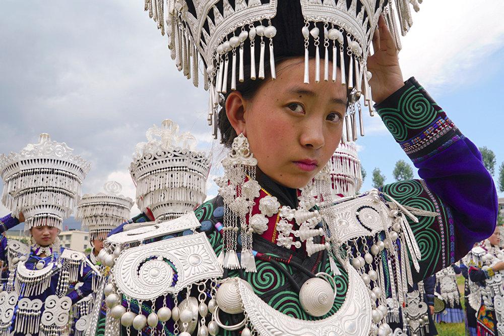 Девушки народности И участвуют в традиционном представлении во время фестиваля факелов в провинции Сычуань, Китай