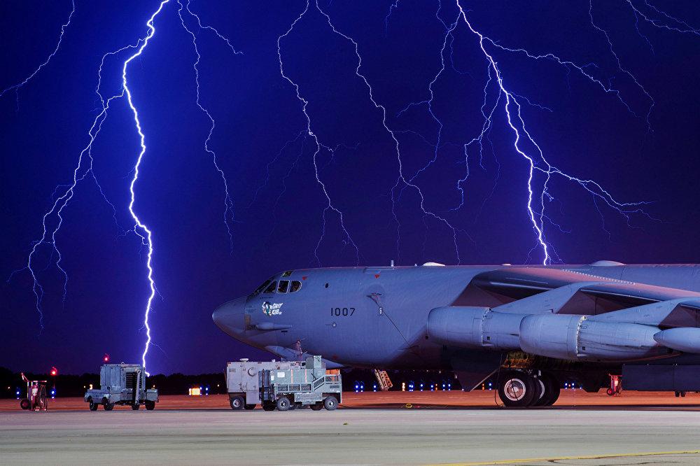 Снимок молнии, сделанный на военно-воздушной базе Майнот, Северная Дакота, США