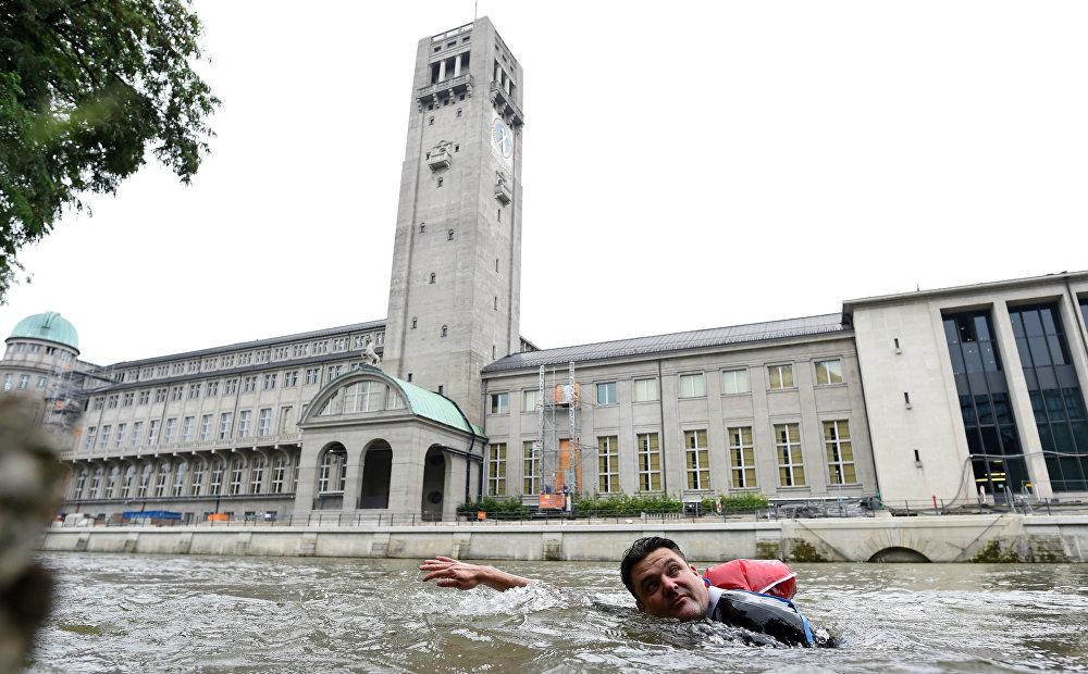 Житель Мюнхена нашел способ добираться до работы, избегая общественного транспорта и заторов. Теперь Бенджамин Дэвид каждый день проплывает до офиса два километра по реке Изар, которая протекает рядом с его домом
