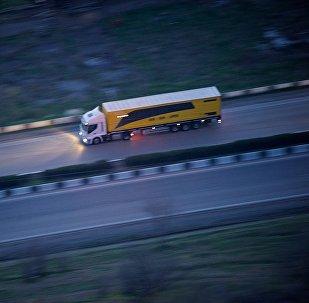 Грузовой трейлер едет по Военно-Грузинской дороге в регионе Мцхета Мтианети