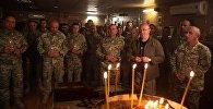 Министр обороны Грузии Леван Изория вместе с грузинскими военными в церкви на авиационной базе в Афганистане