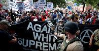Члены белых националистов встречаются группой контр-протестующих в Шарлоттсвилле