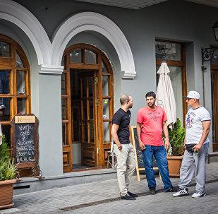Закрытые уличные кафе на проспекте Агмашенебели