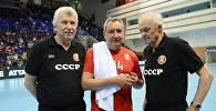 Слева - тренер мужской молодежной сборной России по гандболу Николай Чигарев.
