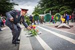 Ветеран возлагает цветы у Вечного огня в парке Ваке