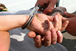 Сотрудник правоохранительных органов производит арест