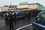 Полицейские у места автокатастрофы в ресторане-пиццерии в Сент-Сортс
