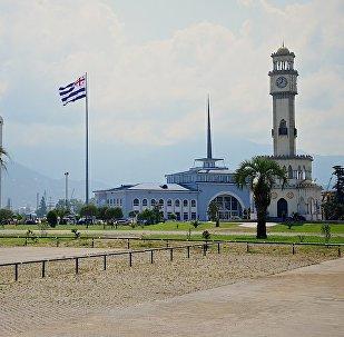 Набережная Батуми - пальмы и здание морского вокзала