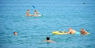 Отдыхающие на черноморском пляже в Батуми
