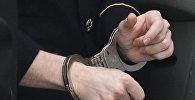 Арестованный в наручниках. Архивное фото