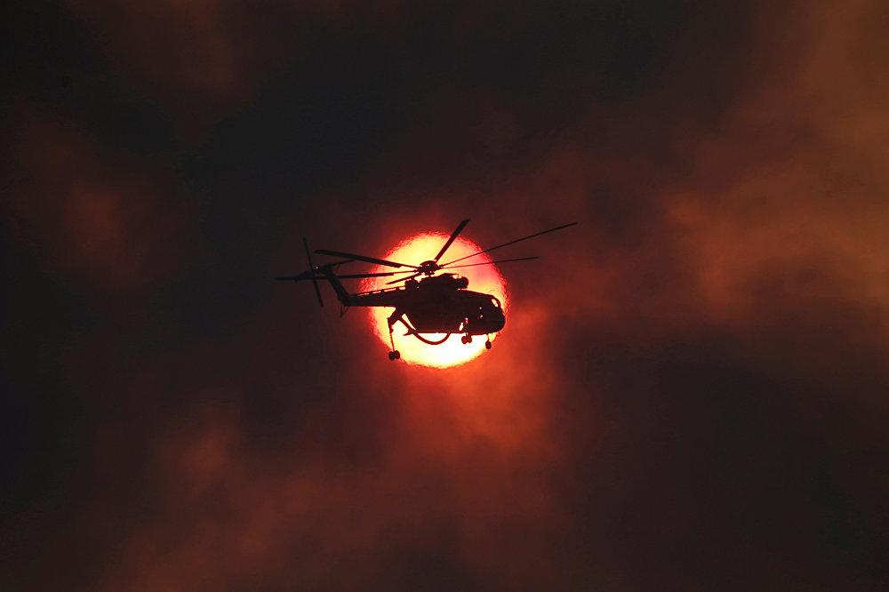 Пожарный вертолет на фонВ ряде регионов Греции из-за пожаров введен режим чрезвычайной ситуации, что позволяет быстро направлять дополнительные силы и средства на борьбу со стихийным бедствием. На фото - пожарный вертолет на фоне заходящего солнца во время тушения лесного пожара около деревни Капандрити, к северу от Афин, Грецияе заходящего солнца во время тушения лесного пожара около деревни Капандрити, к северу от Афин, Греция
