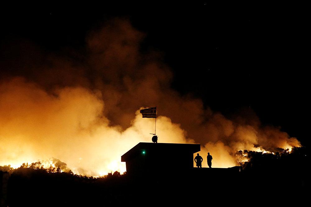 Тем временем в Греции  несколько дней назад уже задержали человека, который сам устроил 16 крупных пожаров, чтобы потом участвовать в их ликвидации в качестве добровольца вместе с пожарными. Задержанный признал свою вину. Мне просто нравилось тушить пожары вместе с пожарными, - заявил он.